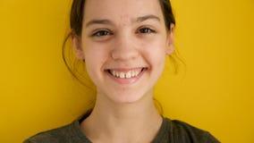 Adolescente de sorriso no fundo amarelo filme