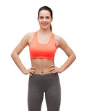 Adolescente de sorriso no sportswear imagens de stock