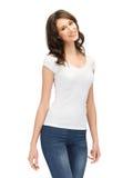 Adolescente de sorriso no t-shirt branco em branco Fotografia de Stock