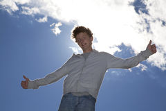 Adolescente de sorriso que levanta ambos os polegares acima Fotografia de Stock