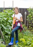 Adolescente de sorriso que trabalha na terra do jardim e do diggin Fotografia de Stock