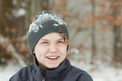 Adolescente de sorriso que veste o chapéu coberto de neve Fotos de Stock Royalty Free