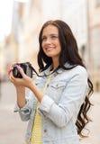 Adolescente de sourire avec l'appareil-photo Image libre de droits