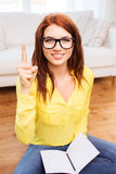Adolescente de sourire avec le PC de comprimé à la maison Photos libres de droits