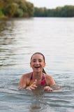 Adolescente de sourire mignonne ayant l'amusement dans le fleuve Image stock