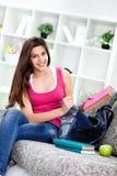 Adolescente de sourire se préparant à l'école Photo libre de droits