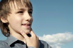 Adolescente debajo de un cielo azul Imágenes de archivo libres de regalías