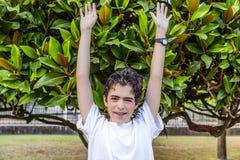 Adolescente del acné con los apoyos debajo de las hojas Fotografía de archivo