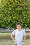 Adolescente del acné debajo de las hojas Imagen de archivo libre de regalías