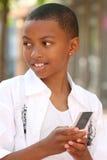 Adolescente del afroamericano en el teléfono celular Fotografía de archivo libre de regalías