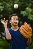 Adolescente del afroamericano que sacude un béisbol Imagen de archivo