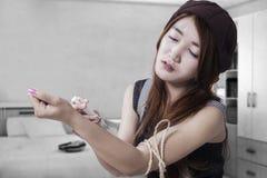 Adolescente del drogadicto con la jeringuilla Foto de archivo