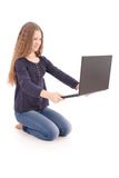 Adolescente del estudiante que se sienta de lado en el piso con el ordenador portátil Fotos de archivo libres de regalías