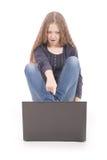 Adolescente del estudiante que se sienta en el piso con el ordenador portátil Imagen de archivo libre de regalías