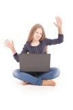 Adolescente del estudiante que se sienta en el piso con el ordenador portátil Imagen de archivo