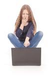 Adolescente del estudiante que se sienta en el piso con el ordenador portátil Foto de archivo libre de regalías