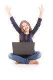 Adolescente del estudiante que se sienta en el piso con el ordenador portátil Fotografía de archivo libre de regalías