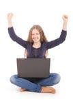 Adolescente del estudiante que se sienta en el piso con el ordenador portátil Fotos de archivo