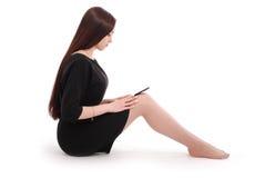 Adolescente del estudiante que se sienta en el piso con PC de la tableta Fotografía de archivo libre de regalías