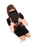 Adolescente del estudiante que se sienta en la escalera con la tableta digital m Imagen de archivo