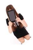 Adolescente del estudiante que se sienta en la escalera con la tableta digital m Fotografía de archivo