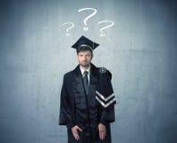 Adolescente del giovane laureato con i punti interrogativi disegnati fotografie stock