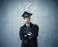 Adolescente del graduado joven con los signos de interrogación dibujados Fotografía de archivo libre de regalías
