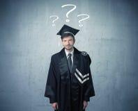 Adolescente del graduado joven con los signos de interrogación dibujados Imagenes de archivo