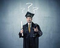 Adolescente del graduado joven con los signos de interrogación dibujados Foto de archivo