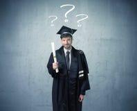 Adolescente del graduado joven con los signos de interrogación dibujados Fotos de archivo