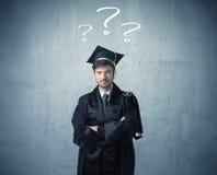 Adolescente del graduado joven con los signos de interrogación dibujados Foto de archivo libre de regalías