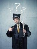 Adolescente del graduado joven con los signos de interrogación dibujados Imagen de archivo