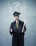 Adolescente del graduado joven con los signos de interrogación dibujados Fotografía de archivo