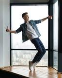 Adolescente del hombre que baila danza moderna Fotos de archivo libres de regalías