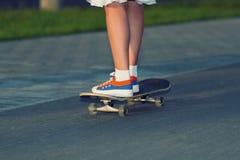 Adolescente del inconformista con el monopatín Imagen de archivo libre de regalías