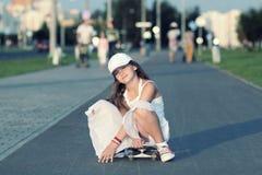 Adolescente del inconformista con el monopatín Foto de archivo
