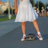 Adolescente del inconformista con el monopatín Fotos de archivo
