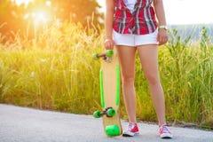 Adolescente del inconformista con el monopatín Imagen de archivo