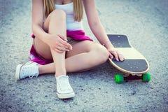 Adolescente del inconformista con el monopatín Imagenes de archivo