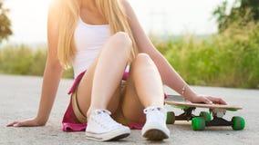 Adolescente del inconformista con el monopatín, imagen con el sunflare Fotos de archivo libres de regalías
