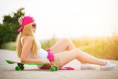 Adolescente del inconformista con el monopatín, imagen con el sunflare Fotografía de archivo