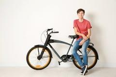 Adolescente del inconformista con la bicicleta Fotografía de archivo libre de regalías