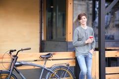 Adolescente del inconformista con la bicicleta Imagenes de archivo
