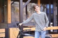 Adolescente del inconformista con la bicicleta Imagen de archivo libre de regalías