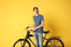 Adolescente del inconformista con la bicicleta Imágenes de archivo libres de regalías