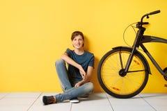 Adolescente del inconformista con la bicicleta Foto de archivo
