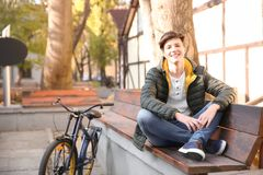 Adolescente del inconformista con la bicicleta que se sienta en banco Fotos de archivo libres de regalías