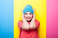 Adolescente del inconformista en sombrero azul que sonríe en la cámara Fotografía de archivo libre de regalías