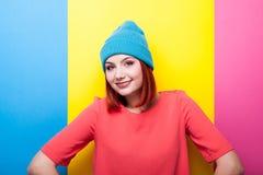 Adolescente del inconformista en sombrero azul que sonríe en la cámara Fotografía de archivo