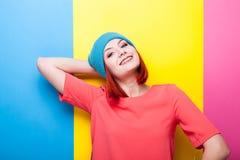 Adolescente del inconformista en sombrero azul que sonríe en la cámara Imagenes de archivo